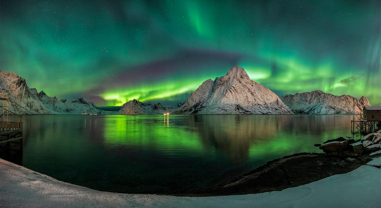Køb Auroras in Reine, Lofoten av Frank Olsen