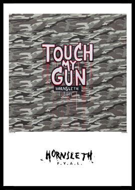 Køb Touch my gun av Hornsleth, Tryck bakom glas och ram, 50×70 cm